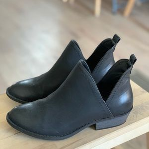 Universal Thread Black Booties - 6
